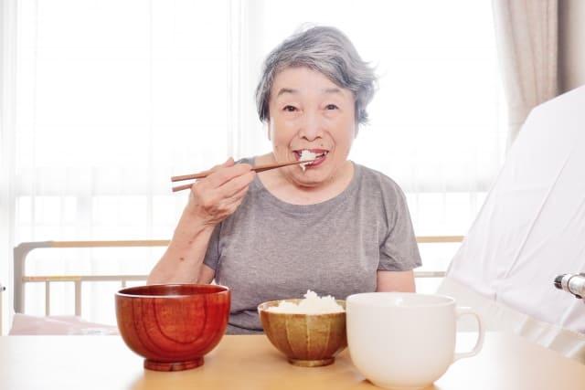 食事するおばあちゃん