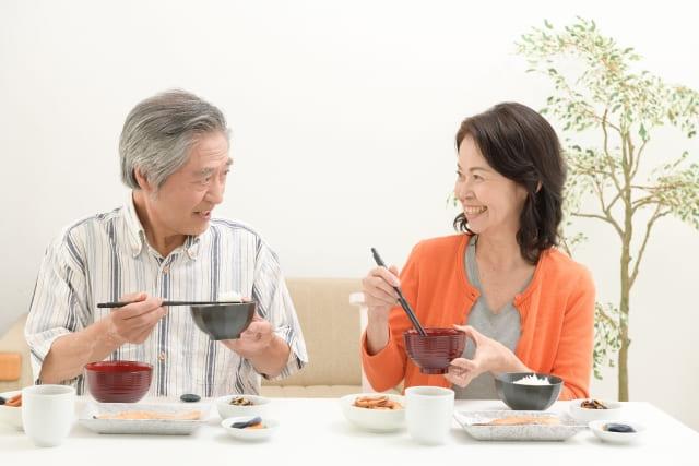 高齢夫婦の食事