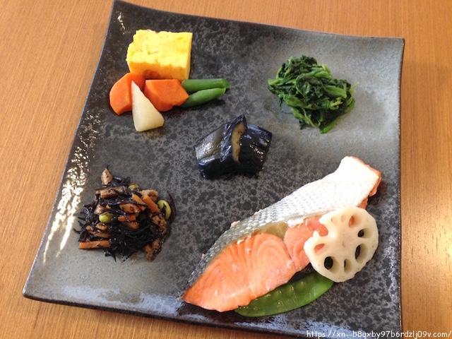 ニチレイフーズダイレクト 紅鮭の塩焼きとおかず6種を盛り付けた様子