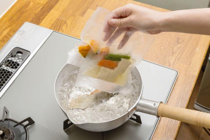 わんまいるの惣菜を湯せんで温める様子